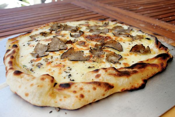 TRUFFLE PIZZA WITH MASCARPONE AND WHITE TRUFFLES