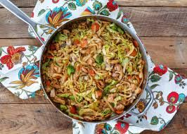 Chinese noodle with chicken and vegetables.