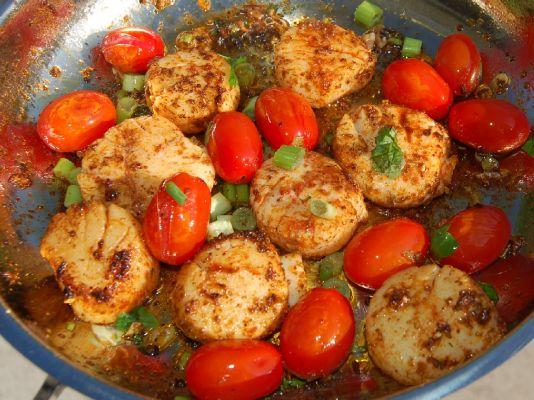 Sauteed Scallops and Tomatoes