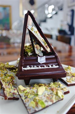 CHOCOLATE BABY GRAND PIANO  FILLED WITH ENGLISH TOFFEE