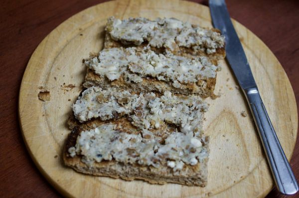 Rillettes from walnuts and blue cheese