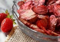 Dehydrated strawberry chips