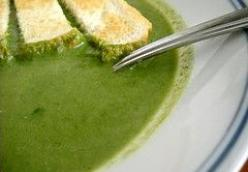 Spinach soup with garlic and lemon